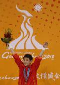 图文:男子10米跳台颁奖仪式 曹缘接受观众欢呼