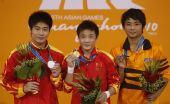 图文:男子10米跳台颁奖仪式 前三名选手合影