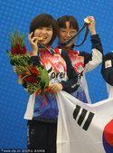 图文:围棋女子团体 韩国夺冠李瑟娥咬金牌