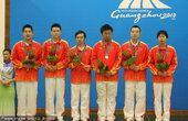 图文:围棋男子团体颁奖 中国队摘银