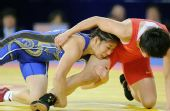 图文:摔跤女子55KG吉田沙保里夺冠 抱摔对手