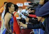 图文:摔跤女子55KG吉田沙保里夺冠 接受采访
