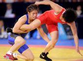 图文:摔跤女子55KG吉田沙保里夺冠 抱住对手