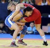 图文:摔跤女子63KG沙利吉娜夺冠 激烈肉搏