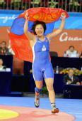 图文:摔跤女子72KG蒙古选手夺冠 高举国旗庆祝