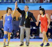 图文:摔跤女子72KG蒙古选手夺冠 裁判宣布结果