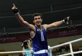 图文:拳击男子91KG古桑夺冠 高举双臂感谢观众