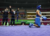 图文:拳击男子91KG古桑夺冠 跪倒拳台庆祝胜利