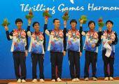 图文:围棋男子团体颁奖仪式 韩国队高举鲜花