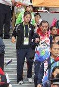 图文:游泳明星助威中韩篮球大战 郑达莱在现场