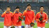 图文:男子4X100米接力颁奖仪式 中国队员庆祝