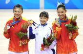 图文:花样轮滑女单颁奖仪式 前三名选手合影