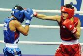 图文:拳击男子56KG贝奇功夺冠 被对手击中