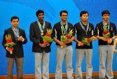 图文:国际象棋男子团体颁奖 印度队队员