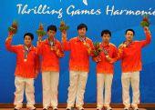 图文:国际象棋男子团体赛 中国棋手颁奖仪式上