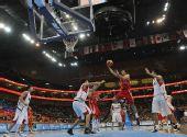 图文:亚运男篮伊朗获男篮季军 队员突破上篮
