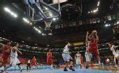 图文:亚运男篮伊朗获男篮季军 在比赛中突破