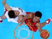图文:亚运男篮中国队夺冠 张庆鹏在比赛中上篮