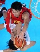 图文:亚运男篮中国队夺冠 孙悦封盖对手