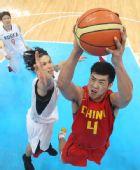 图文:亚运男篮中国队夺冠 丁锦辉比赛中上篮