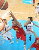 图文:亚运男篮中国队夺冠 王治郅比赛中投篮