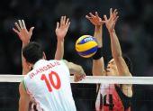 图文:亚运男排排球决赛 日本队球员拦网
