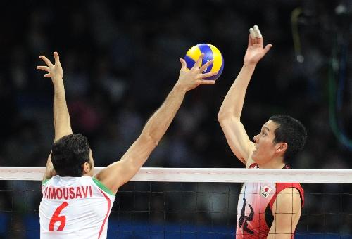 亚运男排排球决赛 日本队球员比赛中扣球