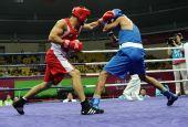 图文:男子拳击75公斤级赛 阿托耶夫比赛中