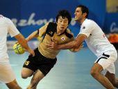 图文:亚运手球男子决赛 李驮荣比赛中进攻