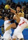 图文:亚运手球男子决赛 郑义京比赛中进攻