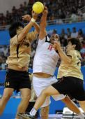 图文:亚运手球男子决赛 比贾里比赛中争抢