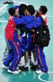图文:藤球女双缅甸获得冠军 队员教练激动拥抱