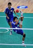 图文:藤球女双缅甸队获得冠军 梅辛漂网前进攻