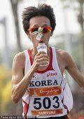 图文:男子马拉松颁奖 韩国选手池永骏夺冠