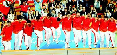""":""""一、二、三!""""中国男篮队员肩并肩一齐跳上领奖台。"""