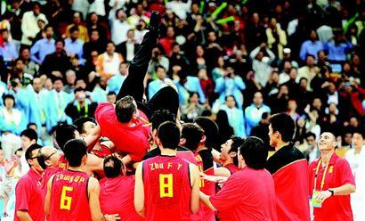 """中国男篮主帅邓华德赛后被队员们""""捧""""上了天。"""
