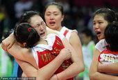 图文:中国女排实现四连冠 展露胜利笑容