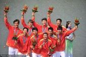 图文:赛艇男子八人单桨有舵手 中国队夺冠