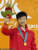 图文:跳水男子1米板决赛 何敏夺冠