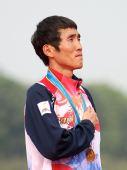 图文:男子马拉松颁奖仪式举行 池永骏神情骄傲