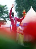 图文:男子马拉松颁奖仪式举行 沙米获得铜牌