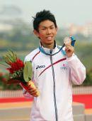 图文:男子马拉松颁奖仪式举行 北冈幸浩获银牌