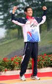 图文:男子马拉松颁奖仪式举行 池永骏开心庆祝