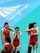 图文:中国女排庆祝亚运四连冠 队员们掩面而泣