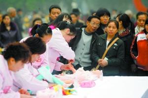 昨日,家政服务技能大赛决赛在观音桥步行街举行。本报记者 何熠 摄