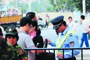 昨日,在广州大桥进入赤岗塔方向,居民进入都要通过安检。 信息时报记者 陆明杰 摄