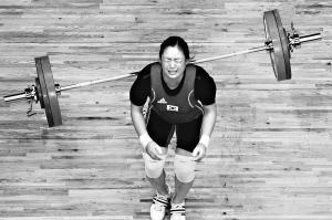 17日,东莞体育中心体育馆,举重女子69公斤级,韩国选手�P�I�Z在抓举时失败,最终她获得这个项目的最后一名(第8名)。