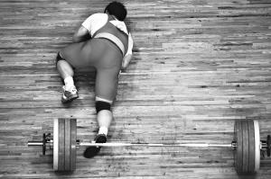 17日,东莞体育中心体育馆,举重男子85公斤级,中国选手蒋海荣在挺举时失败,痛苦地趴在地上,最终他获得这个项目的第4名。