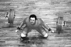 19日,东莞体育中心体育馆,举重男子105公斤级,中国选手杨哲第一次抓举时,杠铃滑落,脸部露出一个奇怪的表情,但最终他依然获得该项目金牌。