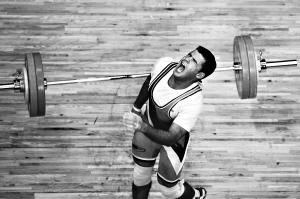 17日,东莞体育中心体育馆,举重男子85公斤级,阿富汗选手卡尔曼德在挺举时失败,最终他获得这个项目的第12名。